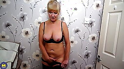 Old but still hot granny with hungry cunt