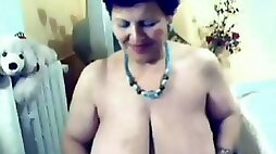 Private video from stolen phone - old bitch with saggy rack masturbates